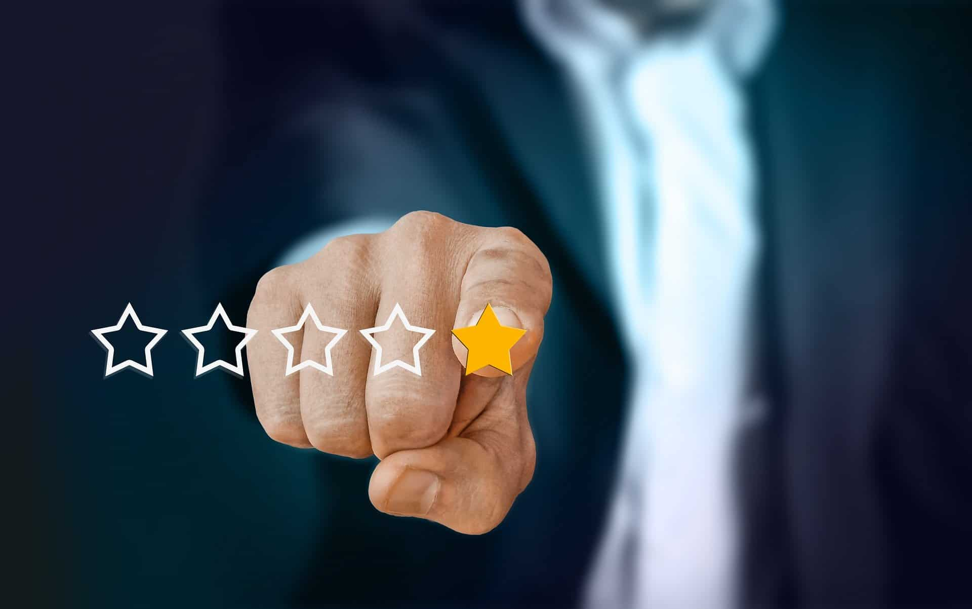 Man pointing at review stars